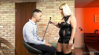 Mature escort mistress Anna Valentina bangs young submissive ladies'