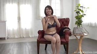 Solo Asian chick Amamiya Yoshiko knows how to pleasure her cunt