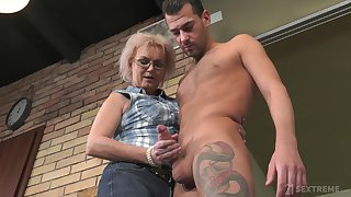 Handsome visitor John Saturate fucks old land lady and cums aloft will not hear of glasses